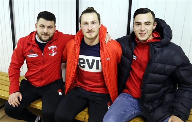 Korsnäs FF:s tränare Yefim Grines tillsammans med Oleksii Zoria och Admir Cavkusic. Zoria bor och jobbar i Harrström och gör sin andra säsong Korsnäs FF. Tränaren Grines konstaterar att han såg direkt att Zoria visste vad han gjorde när Cavkusic segnade ner i matchen mot KPV Akatemia.