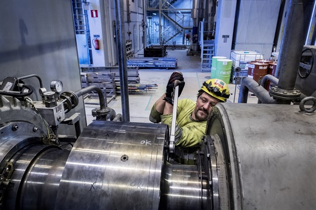 Pasi Nurmi jobbar med lagerbyte på en turbin. Han är en av 1200 utomstående vid UPM under driftsstoppet. Nästa jobb för honom blir i Sköldvik i Borgå.