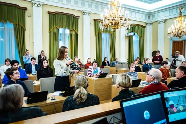 Såhär såg det ut när ungdomsfullmäktige träffade beslutsfattare i fullmäktigessalen för ett år sedan. Tanken är att även barnparlamentet ska kunna sammanträda i fullmäktigesalen.