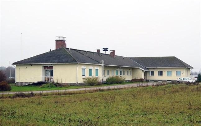 Personal på flyktingförläggningens enheter Stödis och Stella i Oravais har berörts av uppsägningarna.