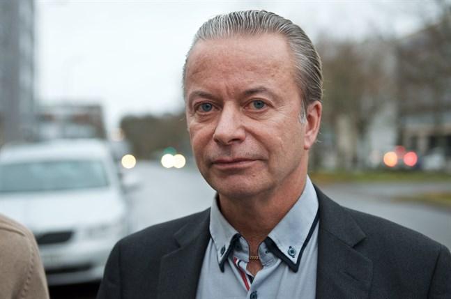 Vägdirektör Anders Östergård säger att det är bortkastade pengar att lappa vägar som redan består av ett fisknät av bitar.