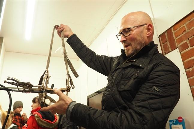 Veterinär Mikael Nylund visar munstegen som han använder när hästtänder ska vårdas.