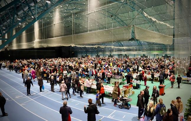Megaloppis lockar tusentals människor till Botniahallen varje år. Bilden är tagen under fjolårets loppisevenemang.