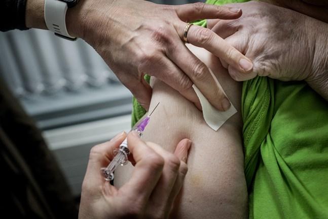 På bilden pågår en annan vaccinering, det vill säga inte mot covid-19.
