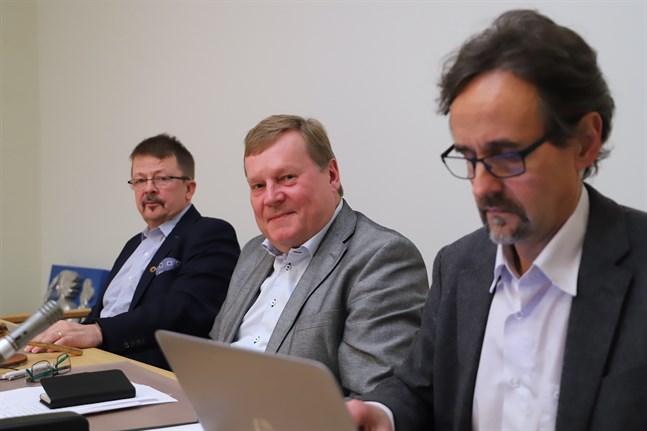 Förvaltningsdirektör Markku Niskala lämnar sitt jobb sista september. Bredvid honom fullmäktigeordförande Kjell Heir och styrelseordförande Rainer Bystedt.