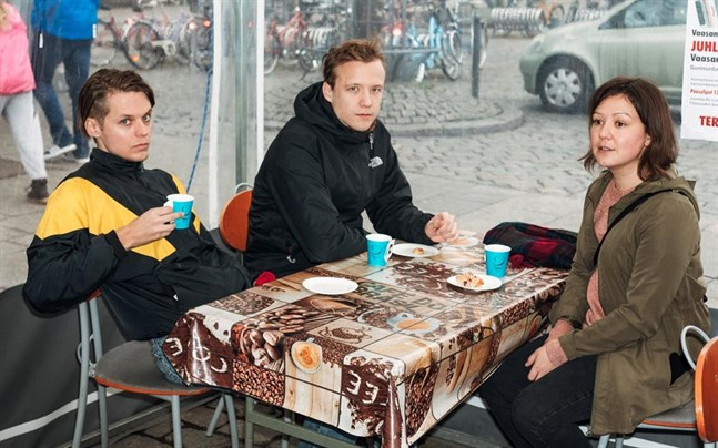 Vasas flora och fauna är, från vänster, Mattias Björkas, Daniel Ventus och Tina Kärkinen. Bilden är tagen i ett cafétält på Vasa torg.