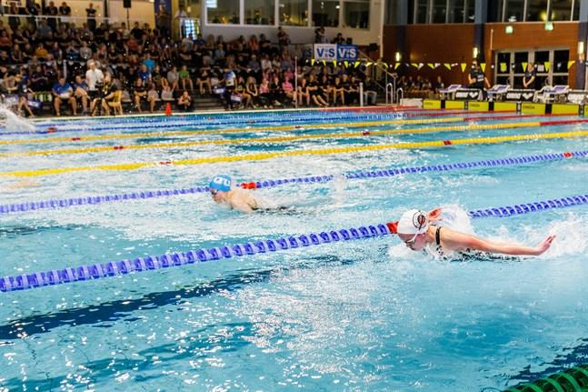Petra Kivi (närmast i bild) var en av Vasa Simsällskaps segrande simmare i SFI-mästerskapen på söndagen.
