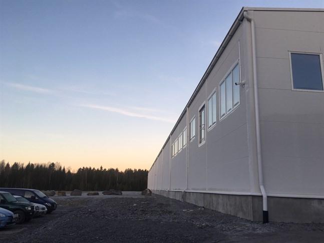 Pälsberederiet Modifur som fick nya ägare i ett Foxstockbolag i Nykarleby för knappt ett år sedan har försatts i konkurs. Därmed blir det ingen flytt av berederiet från Kurikka till Nykarleby.
