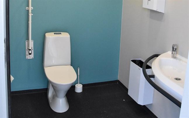 Brandkåren fick rycka ut för att öppna dörren när en liten pojke hade låst in sig på toaletten.