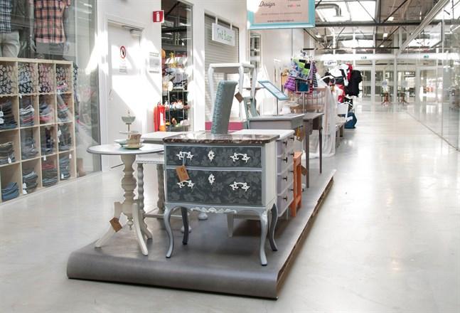 Det finns flera butiker som säljer möbler i gallerian. Men butikerna har en egen stil och design.