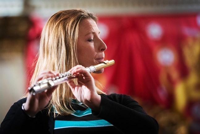 Erica Nygård spelar flöjt. På scenen står också Siri Ilanko (oboe), Vesa Ania (valthorn), Samuli Krohn (fagott) och Eneko Iriarte (klarinett).
