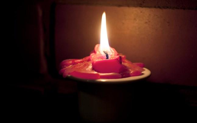 Levande ljus ska inte lämnas obevakade i hemmet.Arkivbild.