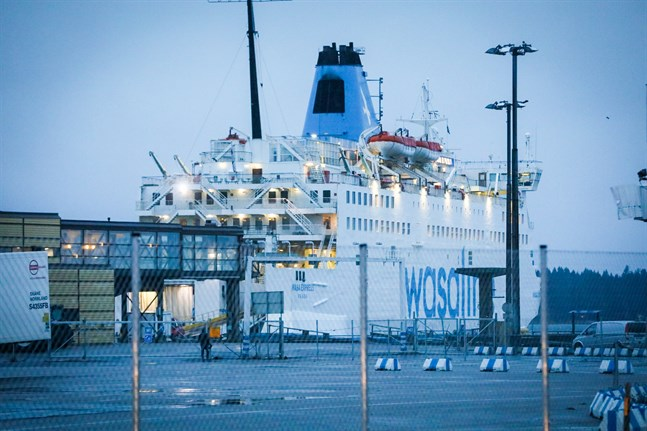 Wasa Express försenades i onsdags på grund av att en läcka uppstod på den hydraulcylinder som manövrerar rampen till bildäck.