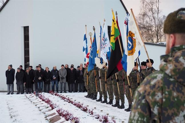 I år blir det en annorlunda ceremoni vid hjältegravarna i Jakobstad. Bilden är tagen för två år sedan.