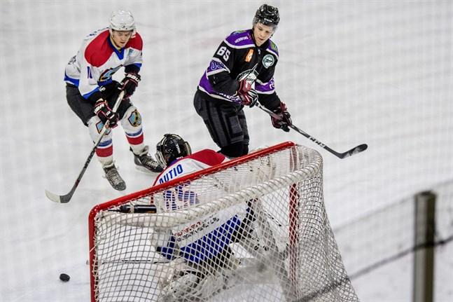 Jani Kiviniemi (nummer 65) är tillbaka i laguppställningen, då Jeppis Hockey tar sig an IFK Lepplax i Kristallen på lördag. Bilden från mötet med Hela-Kiekko i december.