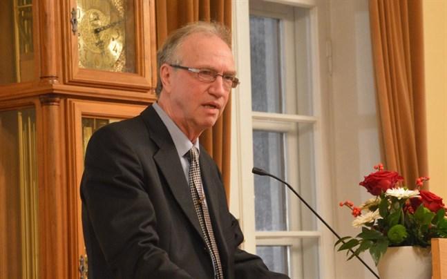 Pekka Eränen skulle helst se att man I Kristinestad antingen kunde välja det andra inhemska eller engelska som första främmande språk.