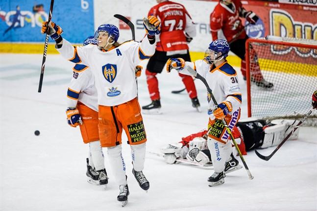 Lassi Vanhatalo är en storväxt anfallare. Här firar han ett mål mot Sports A-juniorer på Kopparön i december 2018.