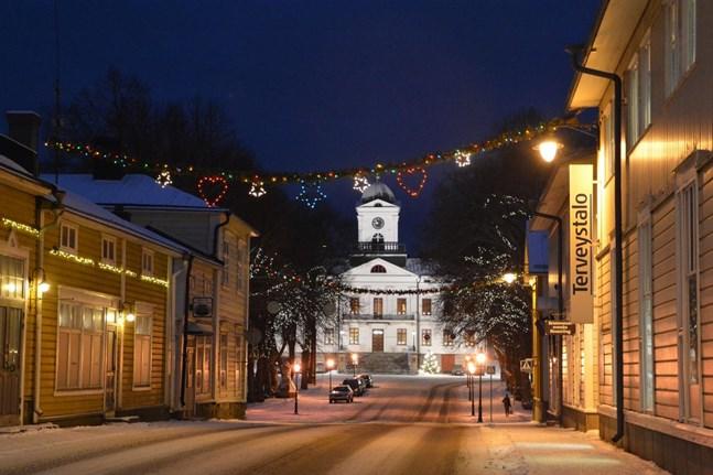 Kristinestad hör till de orter där julfrid utlyses på julafton. Julen är också väl synlig i stadsbilden.