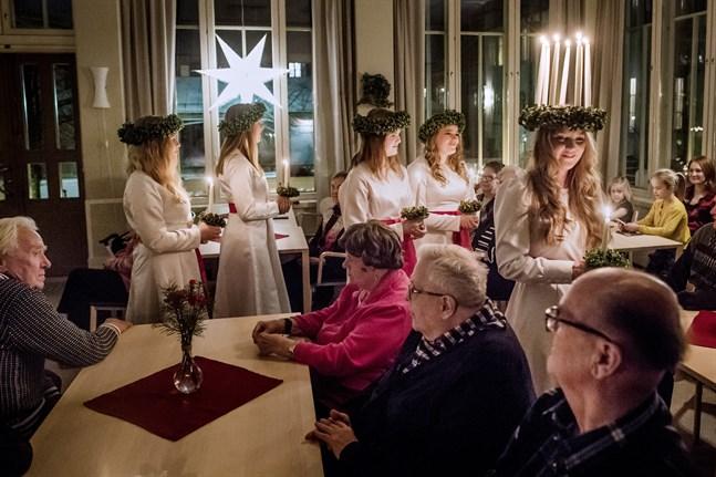 Finlands Lucia Elin Qvist besöker mormor på Högtorgscentret i Jakobstad 2018.