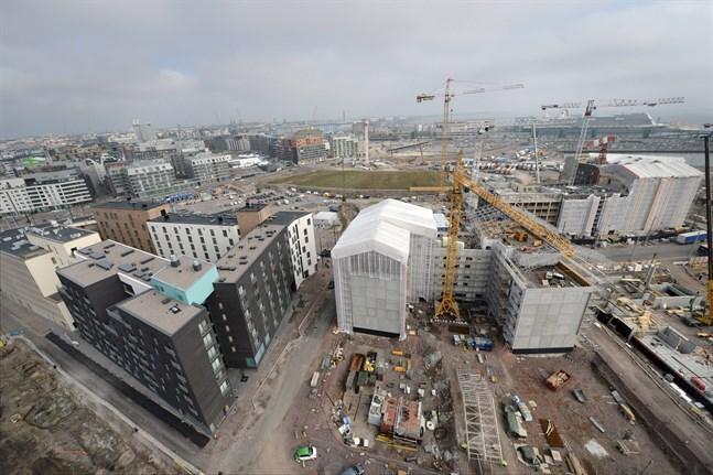 På hela 2000-talet har det byggts flest lägenheter i Helsingforsregionen i år. Bilden är från Busholmen i september där bygget av ett kvarter med flervåningshus är på gång som ska vara färdigt 2020.