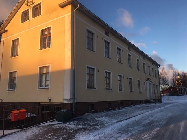 Det gamla byggnadskontoret såldes för drygt 10 000 euro till GHSales, som är Gustaf Hägers firma, vars avsikt är att använda fastigheten för kontorsverksamhet.