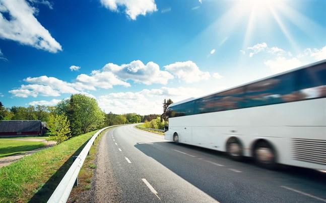 Med regeringens 100 miljoners satsning på kollektivtrafikens upphandling och utveckling tryggas viktiga bussförbindelser som binder ihop Österbotten och som många studerande och pendlare är beroende av, anser FSD Österbottens skribenter.