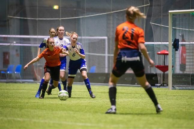 Årets Wintercup blev inte av. Arrangörerna vill ändå glädja fotbollsfantasterna i Korsholm och har skänkt 400 bollar till skolorna. Arkivbild från Wintercup 2019.