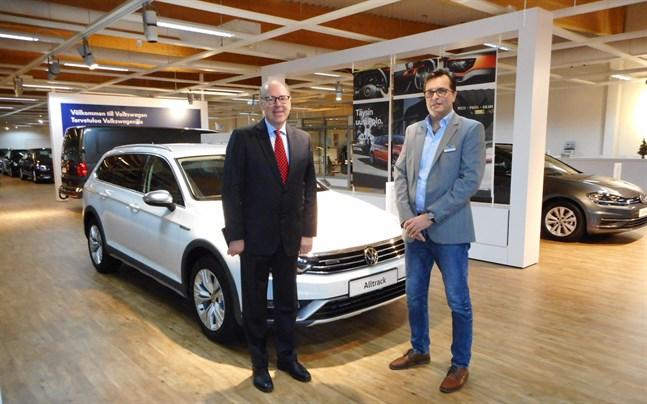 Matti Pörhö och Jimmy Kronqvist i Pörhö bilaffär i Jakobstad.