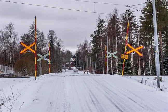 Plankorsningen i Storsandsund ska flyttas för att bli säkrare. Både bybor och kommunala tjänstemän önskar bommar till den nya korsningen.