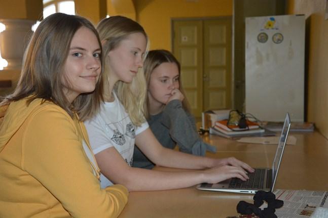 Ellen Siili, Sofia Finnström och Frida Rosenback reagerar på homosexuttalandena som de finner oerhört kränkande.