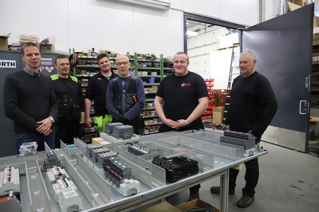 Största delen av teamet på Easy Test System Solutions: Ronny Hellström, Niclas Båsk, Totte Gauffin-Kauste (inhyrd i företaget), Hannu Lehtonen, Manu Kallio och Anders Nyberg. En av de anställda, Emma Uusitalo, var inte med då bilden togs.