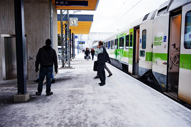 Johan Österbacka tycker att det är fel att tåget som betjänar beväringarna inte längre ska stanna i Bennäs. Miljömässigt är det inte vettigt att skjutsa södergående beväringar till Karleby.