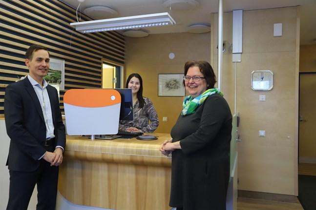Kundchefen Leif Ena, kundrådgivaren Janina Westerdahl och förmannen Maud Fleen är glada åt att Andelsbanken har kunnat flytta tillbaka till sina egna lokaler i Yttermalax.
