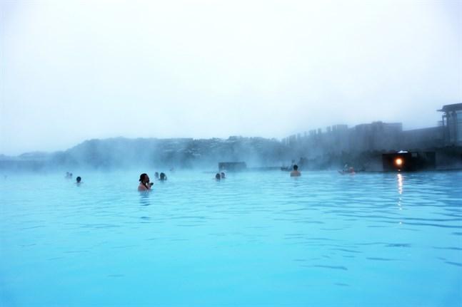 Det geotermiska spat är Islands kanske största turistattraktion. Det naturligt varma vattnet får sin färg av mikroorganismer.