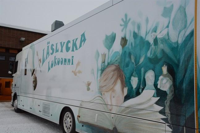 Bokbussen i Närpes fungerar för första gången som ambulerande förhandsröstningsställe.