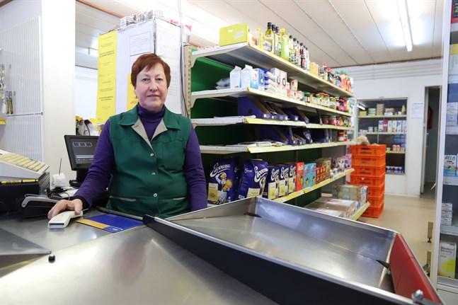 Inga-Lisa Koivisto på Skärgårdens Handelskompani anser att det viktigaste är att butiken kan fortsätta vara öppen.