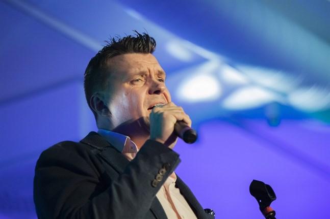 Sångaren Mathias Nylund arbetar till vardags som projektchef på Yrkeshögskolan Centria.
