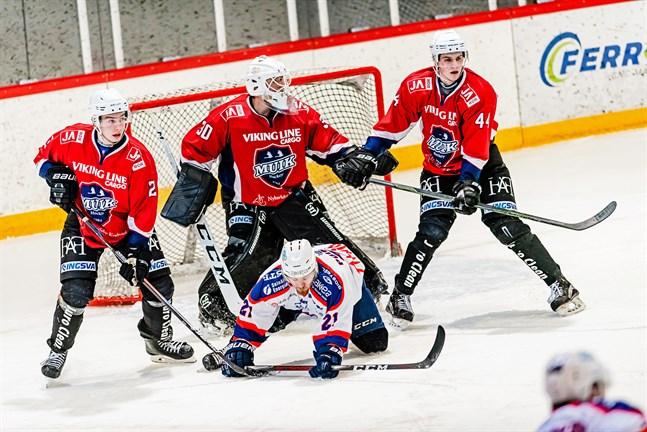 Målvakten Mathias Biskop motade femtio puckar mot K-Espoo, men det hjälpte föga denna gång.