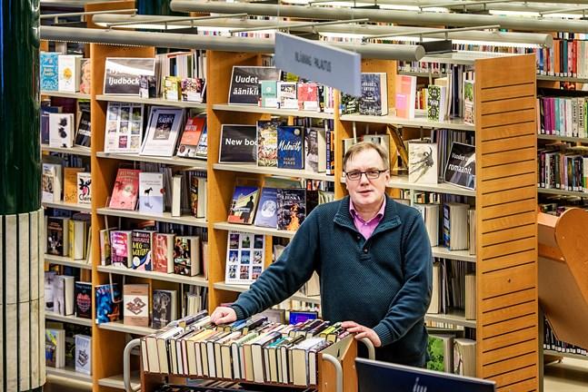 Bibliotekschef Leif Storbjörk bekräftar att stadsbiblioteket i Jakobstad är stängt från och med onsdag.