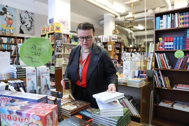 Anna-Lena Palomäki kommer att fundera på framtiden för Gros bokhandel under utförsäljningen. Hon vet ännu inte om det blir någon fortsatt verksamhet.