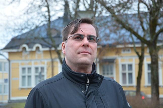 Markus Engström, kaplan i Kristinestads svenska församling, har tilldelats en varning för sitt språkbruk av biskop Björn Vikström.