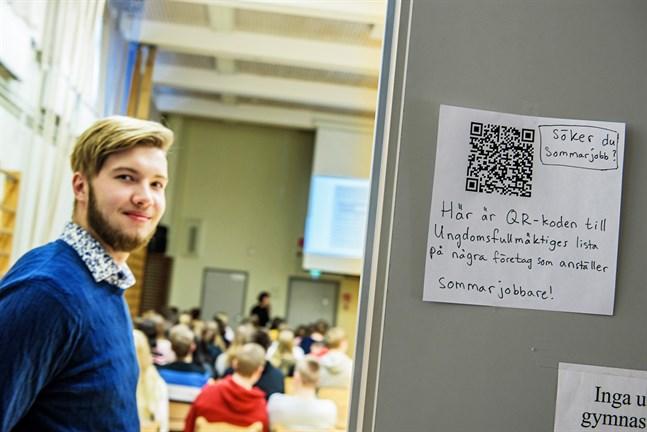 – Vi har en lista med sommarjobb, men syftet med mässan är att lära ungdomarna ta sig fram säger Johannes Karf, ordförande för ungdomsfullmäktige i Nykarleby.