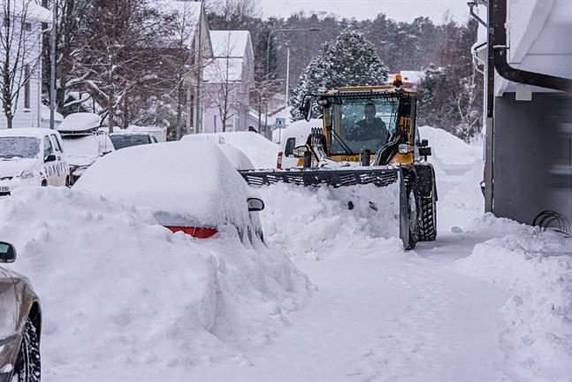 Om grannens mark är stadens eller privatägd spelar ingen roll. Vill man dumpa snö där från gårdsplanen eller trottoaren vid fastigheten – egen eller hyrd– så måste man ha tillstånd.