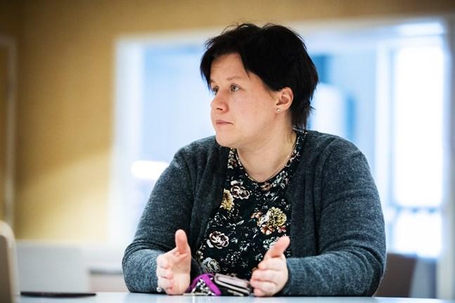 Maria Holmgård vikarierar som rektor på Vörå samgymnasium. Hon säger att var och en nu måste ta sitt ansvar, sitta i självvald karantän och hålla sig borta från folkmassor.