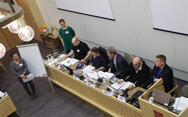 I början av februari fick medborgarrådet ställa frågor till politikerna som är för eller emot en fusion medan forskarna höll ordning på debatten.