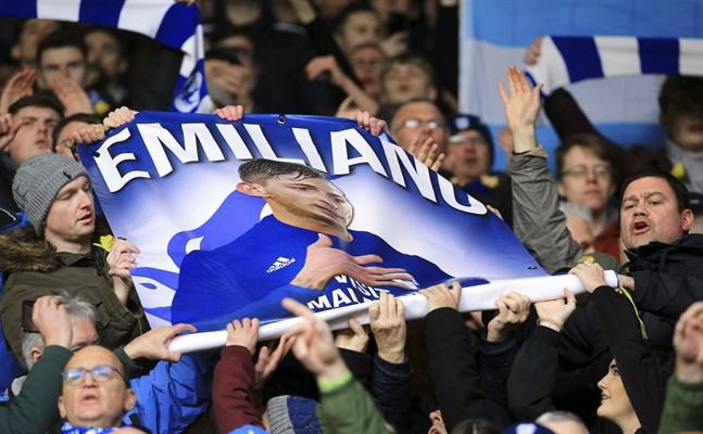 Cardiffs supportrar hedrade omkomne Emiliano Sala inför bortamatchen mot Southampton. Hemmasupportrar gjorde i sin tur flygplansgester som de ska straffas för.