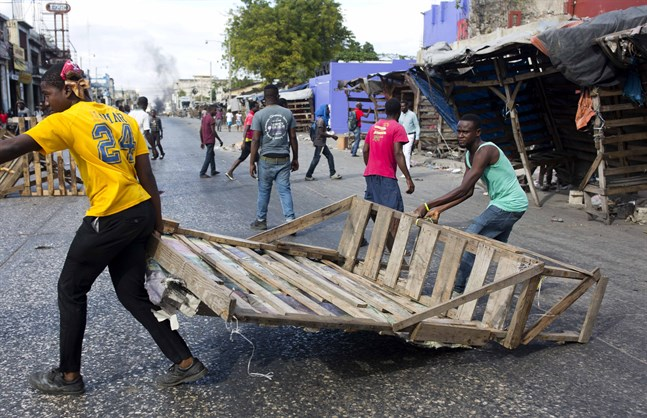 Demonstranter bygger barrikader på gatorna i Port-au Prince, Haiti.