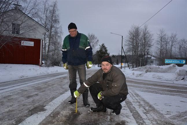 Mats Ingves och Rickard Ingves samt övriga boende och trafikanter längs landsväg 6600 kräver bättre underhåll.