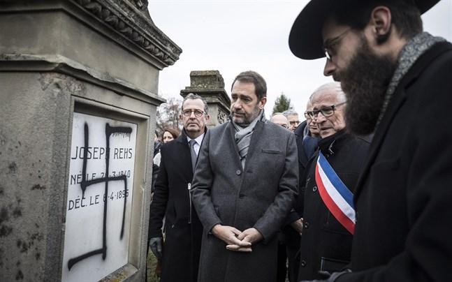 Frankrikes inrikesminister Christophe Castaner närvarar vid en ceremoni på en judisk begravningsplats nära franska Strasbourg, där 37 gravstenar och ett monument för förintelsens offer vandaliserats. Arkivbild från december.