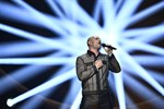 """Martin Stenmarck framför sitt bidrag """"Låt skiten brinna"""" i Melodifestivalens tredje deltävling i Tegera Arena på lördagen."""